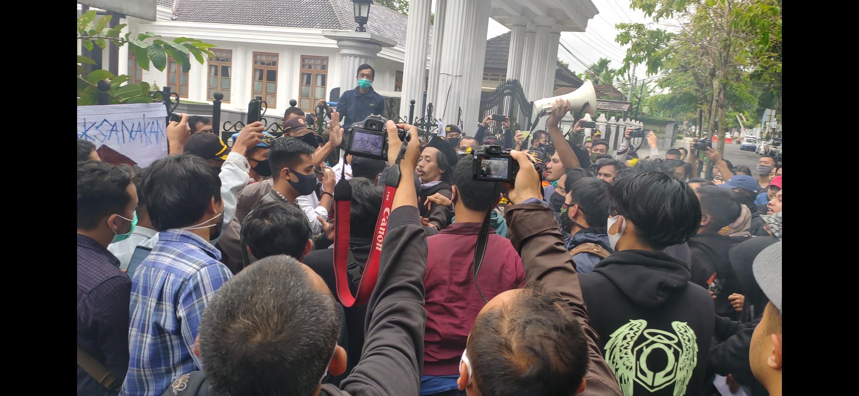 Demo Mahasiswa Tolak UU Cipta Lapangan Kerja Di Depan Gedung DPRD Wonosobo