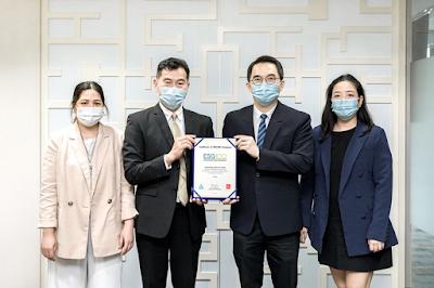 นายวิเชียร อมรพูนชัย รักษาการ กรรมการผู้จัดการ (ที่สองจากซ้าย) บริษัท แอล เอช ไฟแนนซ์เชียล กรุ๊ป จำกัด (มหาชน) (LHFG) รับมอบประกาศนียบัตร ESG100 Company ปี 2564 จากนายพิพัฒน์ ยอดพฤติการ ประธานสถาบันไทยพัฒน์ (ที่สองจากขวา) ณ บริษัท แอล เอช ไฟแนนซ์เชียล กรุ๊ป จำกัด (มหาชน)