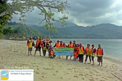 Peserta Family Gathering foto di Pantai Pulau Kelapa Teluk Kiluan