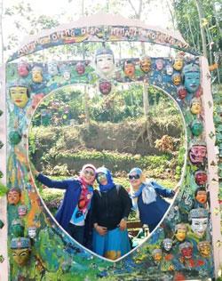 Spot foto unik di Kampung Topeng, Malang