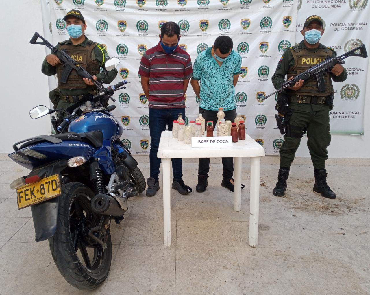 hoyennoticia.com, Llevaban 4 kilos de coca en el tanque de la gasolina de una moto