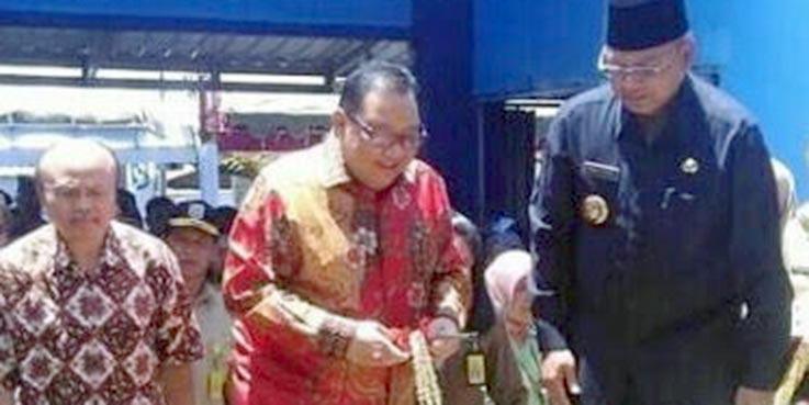 Menteri Koperasi dan UKM, Anak Agung Gede Ngurah Puspayoga didampingi Bupati Malang, Dr. H Rendra Kresna saat melakukan peresmian pasar rakyat Desa Sumberoto.
