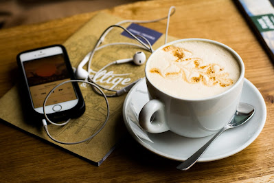 Café y teléfono con playlist