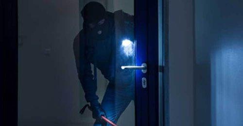 Συνελήφθη χθες νωρίς το πρωί στη Νέα Σελεύκεια Θεσπρωτίας, ύστερα από συντονισμένη επιχείρηση αστυνομικών του Τμήματος Ασφάλειας και της Ομάδας Πρόληψης και Καταστολής Εγκληματικότητας (Ο.Π.Κ.Ε.) της Υποδιεύθυνσης Ασφάλειας Ηγουμενίτσας, αλλοδαπός, ο οποίος κατηγορείται για κλοπές κατ' εξακολούθηση –τελεσμένες και σε απόπειρα-, βία κατά υπαλλήλων και παραβάσεις περί αλλοδαπών και όπλων.