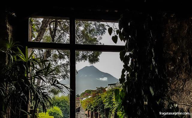 O Vulcão de Água no horizonte de Antigua, capital colonial da Guatemala