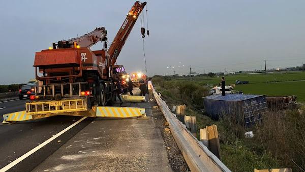 聯結車疑閃車失控衝斜坡 國道1北斗路段車流迴堵