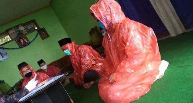 Pertama Kali di Indonesia ! Akad Nikah Pakai Jas Hujan dan Masker