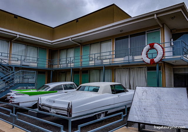 Coroa de flores na sacada do antigo Lorraine Motel, em Memphis, marcando o local do assassinato de Martin Luther King