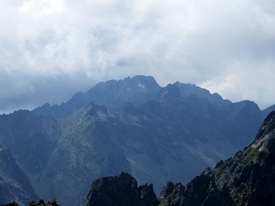 Pośrednia Grań (słow. Prostredný hrot; 2441 m n.p.m.), a za nią Gerlach (słow. Gerlachovský štít; 2655 m n.p.m.).