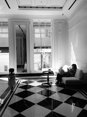 foto  hitam putih orang sedang duduk