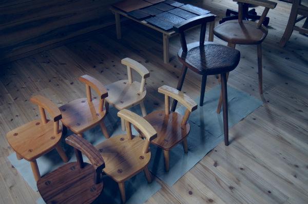 ウォールナットのスツールと子供椅子