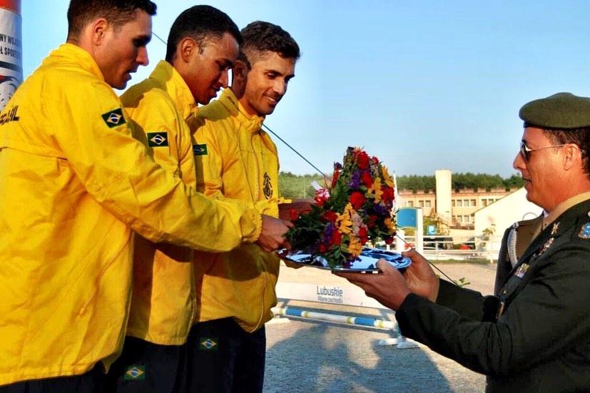 Willian Muinhos,Danilo Fagundes e Matheus Nobre estão recebendo as medalhas