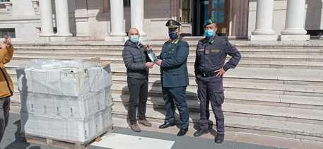 Foggia: Guardia di Finanza dona alcool mascherine e gasolio