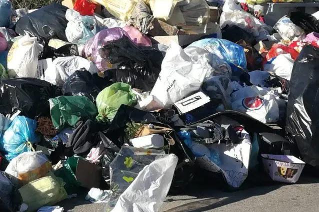 """Napoli aiuta Roma, De Magistris: """"Pronti a ricevere 150 tonnellate di rifiuti al giorno"""""""