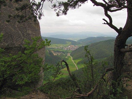 W dolinie widać wioskę Jablonové.