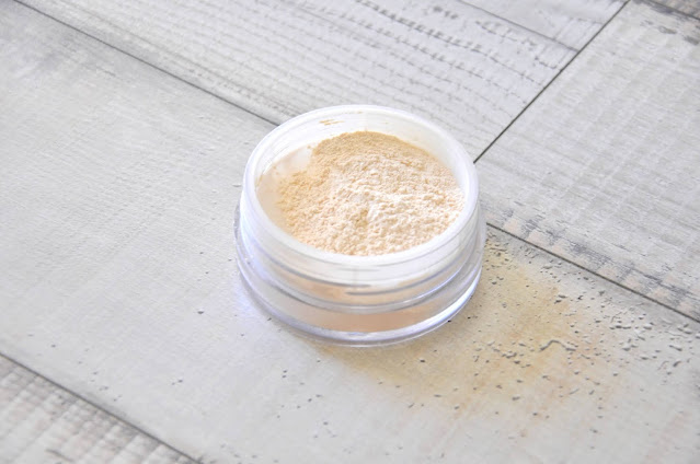 top 5 kosmetyków do makijażu dostępnych w drogerii douglas - puder sypki sensai translucent loose powder