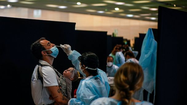 Yeni virüs dalgası, İspanyada gencleri hastanelere gonderiyor. Tehlike kapida mi?