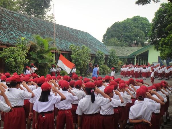Hasil gambar untuk anak SD hormat bendera