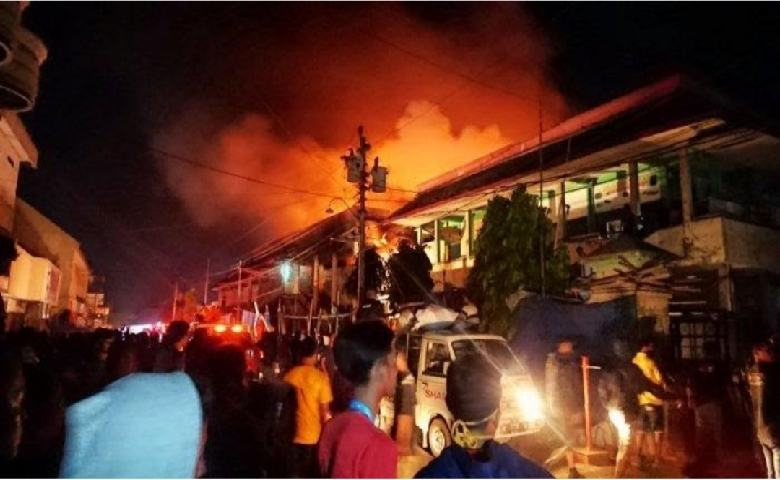 Kebakaran Pasar Waleri Mengakibatkan Ratusan Kios Terbakar