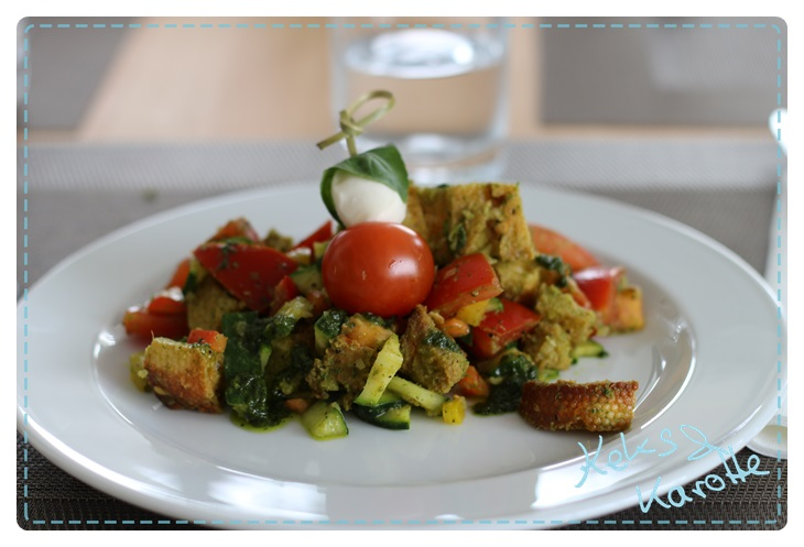 bunter veganer mediteraner Brotsalat mit Pesto #food14