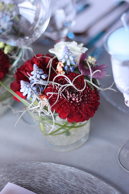Tischblumen Februar Winterhochzeit in den Bergen am Riessersee Hotel Garmisch-Partenkirchen in Bayern, Kupfer, Dunkelrot, Hellblau, Grau, Winter wedding abroad Bavaria in copper, ruby red, light blue