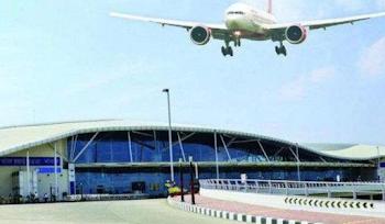 भोपाल एयरपोर्ट पर स्पाइस जेट की फ्लाइट के सामने लेटा युवक, हेलिकॉप्टर के कांच फोड़े