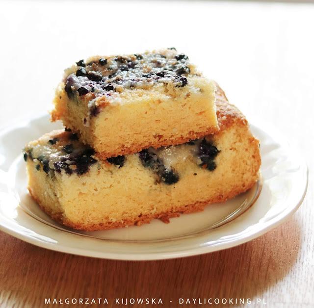 szybkie ciasto z owocami, przepis na biszkoptowe ciasto jogurtowe, daylicooking, ciasto z jagodami