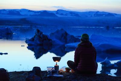 Joven acampando a la hora de viajar solo por Islandia