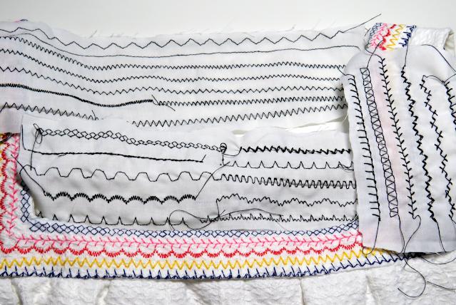 Muestra con las distintas puntadas de la máquina de coser