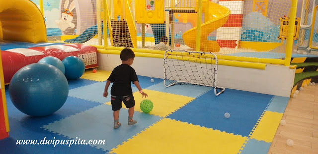 Bermain bola di Miniapolis pakuwon mall surabaya