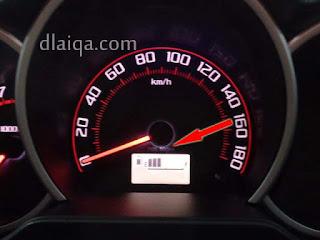 posisi letak pintu bahan bakar bisa dilihat pada panel speedometer