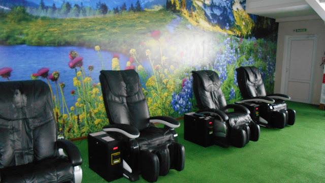 комната отдыха и массажные кресла
