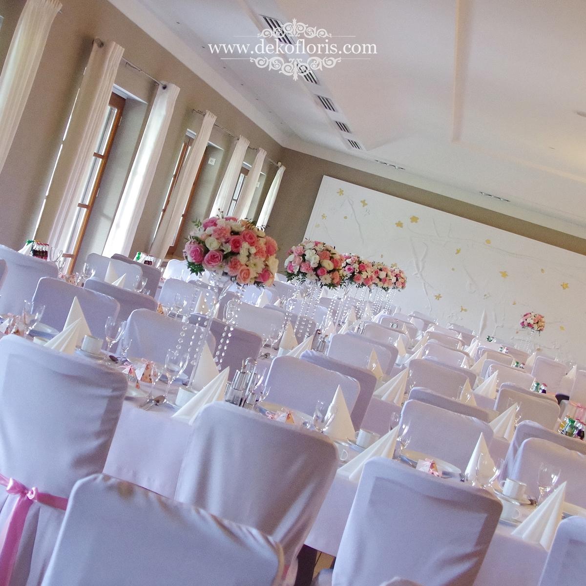 różowe kwiaty na weselnych stołach Markus Kolonowskie