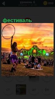 Большое скопление людей на поляне, проходит очередной фестиваль