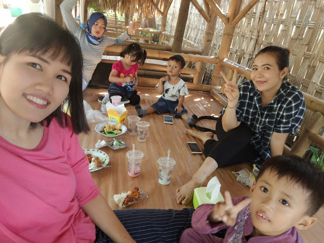 foto-makan-bersama-ibu-ibu-muda-arisan-di-restaurant-kocokin-kebon-pare-kediri