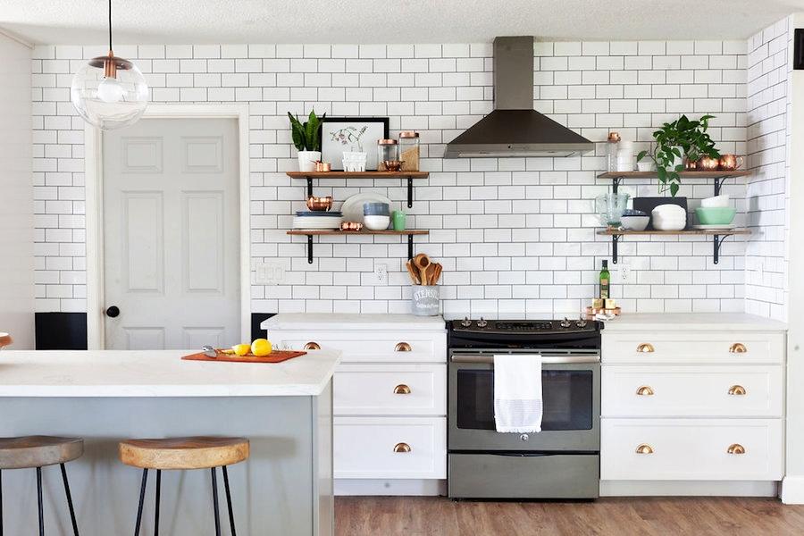 Modna biała kuchnia z jadalnią, wystrój wnętrz, wnętrza, urządzanie domu, dekoracje wnętrz, aranżacja wnętrz, inspiracje wnętrz,interior design , dom i wnętrze, aranżacja mieszkania, modne wnętrza, klasyczna kuchnia, biała kuchnia, kitchen, skandynawska kuchnia, projekt kuchni, jadalnia, styl klasyczny, styl industrialny, styl rustykalny, białe płytki