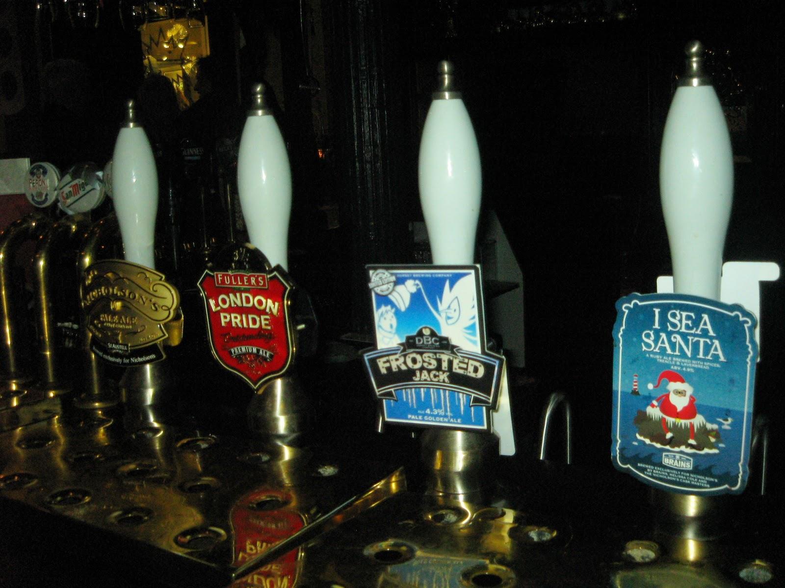 Grifos de cerveza en un pub londinense