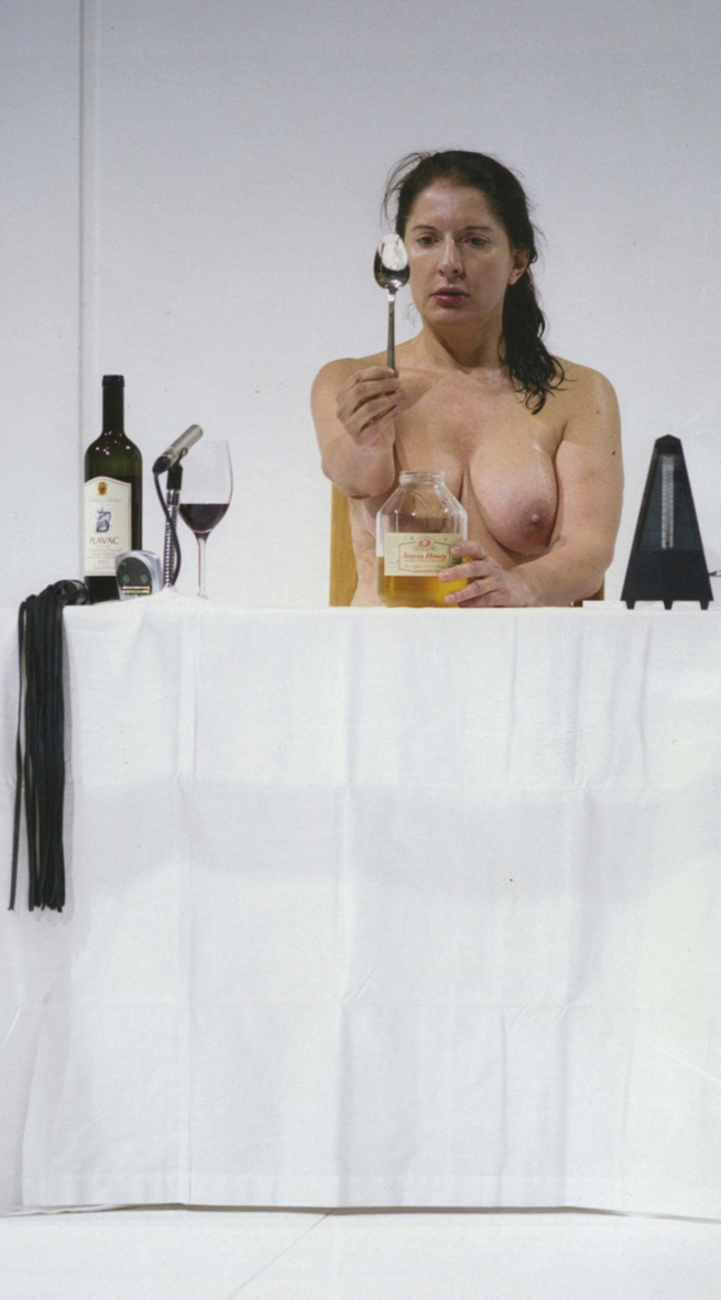 In the performance 'Thomas Lips', Marina Abramovic starts off with eating 1 kilo of honey, followed by the consumption of 1 litre of red wine.