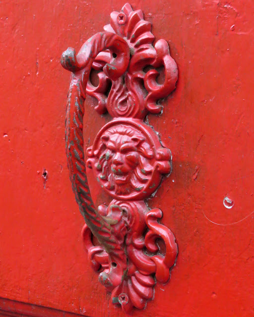 A red door handle, Via del Bastione, Livorno
