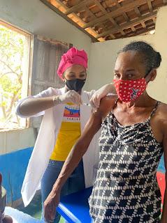 Equipe da Secretaria de Saúde realiza vacinação contra a Covid-19 e influenza no Povoado Baixão de Areia, na região sul de Bom Jardim.