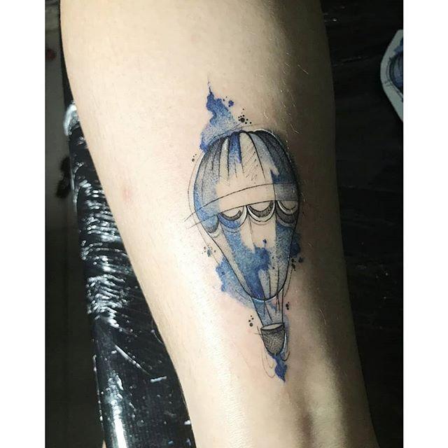 tatuagem feminina balao azul