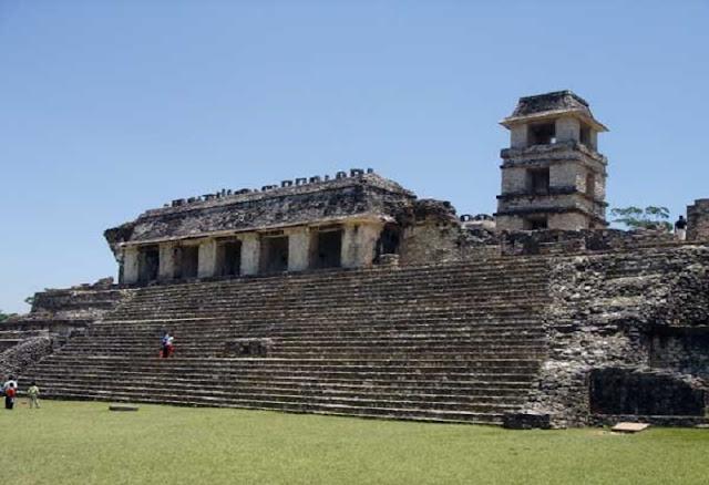 Palenque tiene mayor semejanza con ciudades precolombinas de Guatemala que con las de la Península de Yucatán. No obstante su anterior abandono, las ruinas están bien conservadas y se han encontrado multitud de objetos de incalculable valor histórico.