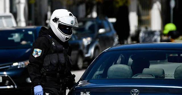 Εντατικοί έλεγχοι πραγματοποιούνται σε όλη τη χώρα από τις Υπηρεσίες της Ελληνικής Αστυνομίας για την εφαρμογή των μέτρων αποφυγής και περιορισμού της διάδοσης του κορονοϊού, σύμφωνα με την ΕΛ.ΑΣ..