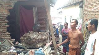 Ngeri, Batu Besar Jatuh dari Atas Bukit Jatiwangi, Satu Rumah Warga Rusak Parah