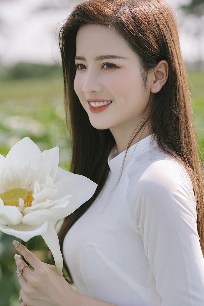 Ngắm bộ ảnh hoa khôi ĐH Ngoại Thương Thúy Đoàn bên đầm sen trắng