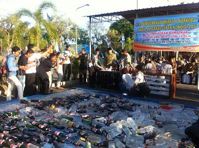 Polres Mojokerto Musnahkan Ribuan Botol Miras