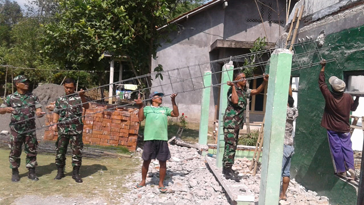 Babinsa Koramil 09/Kawunganten Bantu Rehab Mushola Baitul Ngilmi Dusun Jaya Giri Desa Bojong