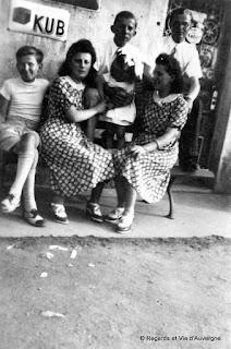 """Photo de famille ancienne noir et blanc. groupe avec pub """"Kub"""""""