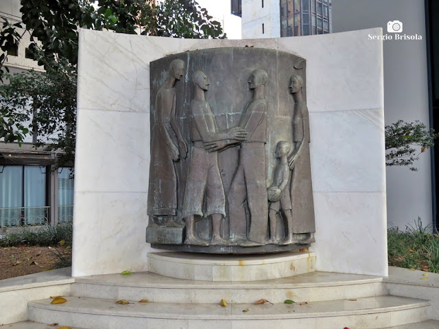 Close-up do Monumento ao Imigrante Italiano - Praça do Imigrante Italiano - Itaim Bibi - São Paulo