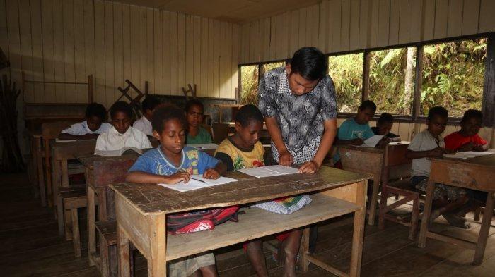 Respek! Pasutri Ini Rela Jual Rumah dan Mobil Demi Beri Pendidikan Bagi Warga Papua